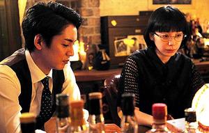 「グッド・バイ」第5話から。主人公・田島毛を演じる大野拓朗(左)と別所役の夏帆