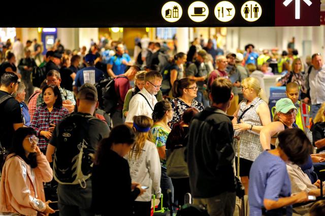 シアトルの国際空港で10日、墜落事故の影響で待機するアラスカ航空の利用者ら=ロイター