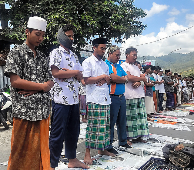 地震で65のモスクが損壊した。損壊したモスクの前の広場に入りきれなかった人々は車道で礼拝した=10日