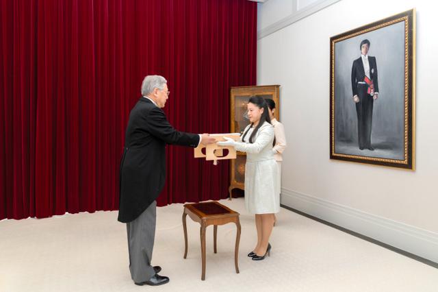 高円宮邸で開かれた「納采の儀」。高円宮さまの肖像が飾られた応接間で、絢子さまが守谷慧さんの使者から納采の品の目録を受け取った(12日、宮内庁提供)