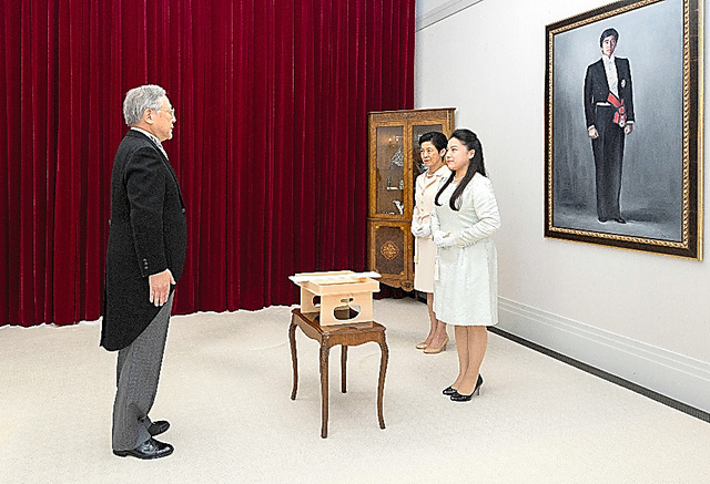 高円宮邸で開かれた「納采の儀」。高円宮さまの肖像の前で、絢子さま、久子さま(右奥)と守谷慧さんの使者が対面した=12日、宮内庁提供