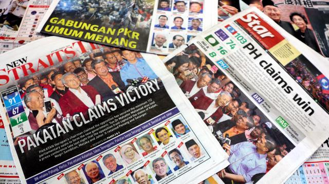 5月10日、マレーシア史上初の政権交代が実現したことを伝えているはずの紙面。「野党が勝利を主張」と抑制的な見出しが並んだ=守真弓撮影