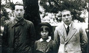 徳山(山口県)の加見小学校時代の安野さん(左)。このころ、山口師範学校の研究科でも学んだ=安野光雅美術館提供