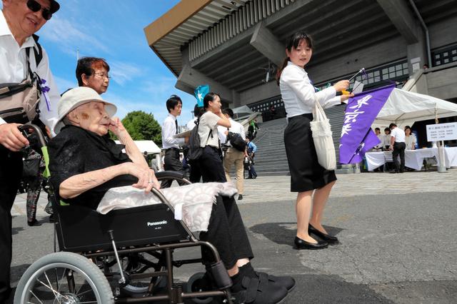 全国戦没者追悼式に出席するため、日本武道館に集まった遺族や関係者=2018年8月15日午前9時59分、東京都千代田区、嶋田達也撮影