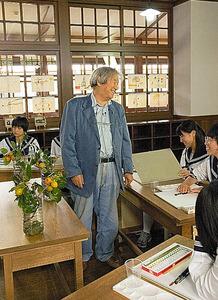 安野光雅美術館に造られた「昔の教室」で、スケッチを指導する=2004年、同館提供