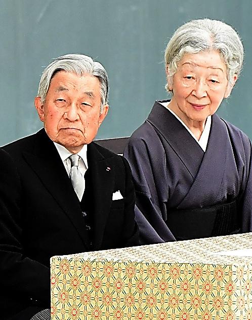 全国戦没者追悼式に臨む天皇、皇后両陛下=15日午後0時15分、東京都千代田区、山本裕之撮影