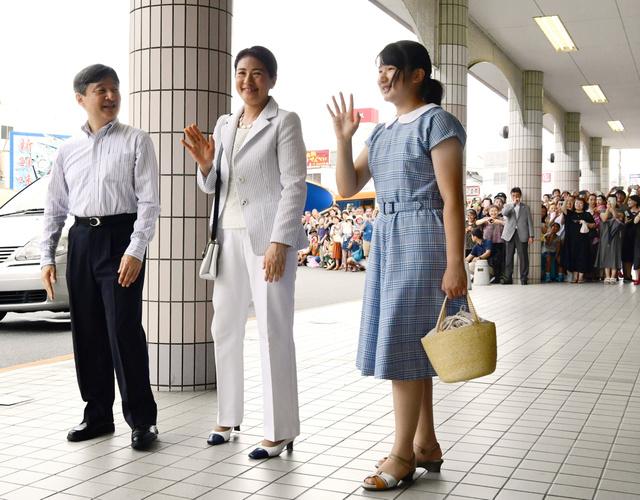 伊豆急下田駅に到着し、出迎えた人たちに手を振る皇太子ご一家=2018年8月16日午後2時22分、静岡県下田市、山本裕之撮影