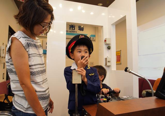 「しんこーう!」と歓声を上げる子ども。「JOYSOUND品川港南口店」にある京急電鉄カラオケルームは、家族連れにも人気…