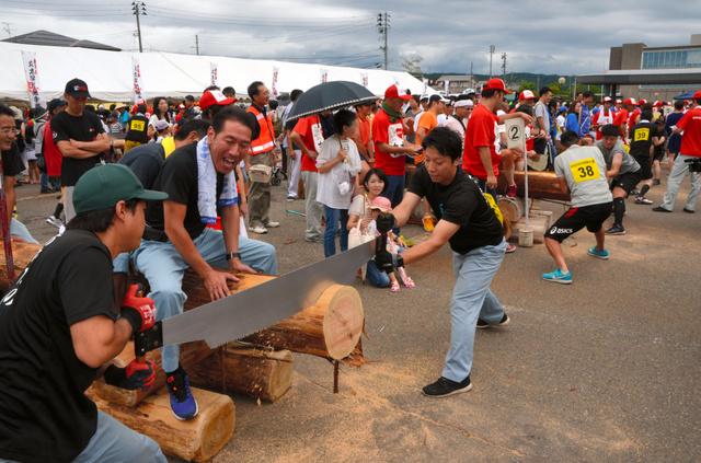 長岡市三島地域で行われた全日本丸太早切選手権大会。風雨が強まり、途中で中止となった=16日