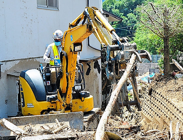 台風の通過に備え、流木を撤去する「おやっさん」=7月27日、広島県坂町