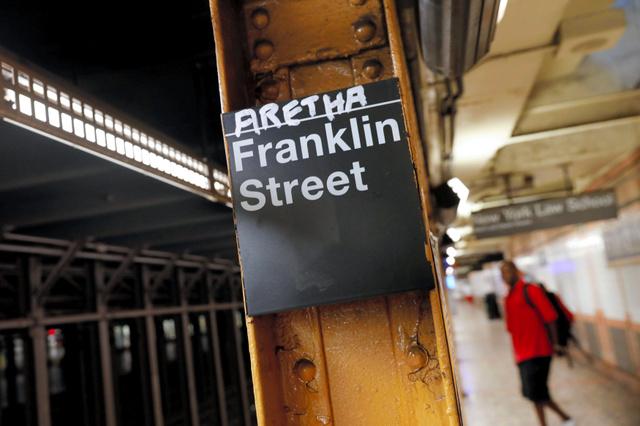 ニューヨークの地下鉄フランクリン通り駅で16日、アレサ・フランクリンさん追悼のため、駅名表示の上に「アレサ」と書き加えられていた=ロイター