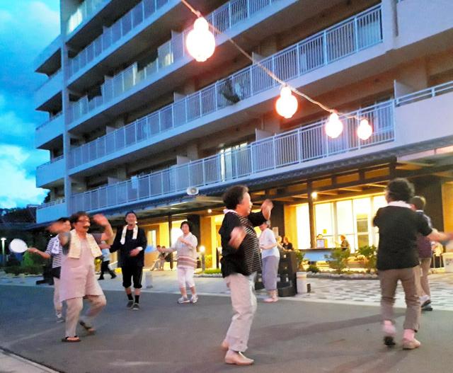 盆踊りを楽しむ住民たち=2018年8月16日、岩手県大槌町末広町