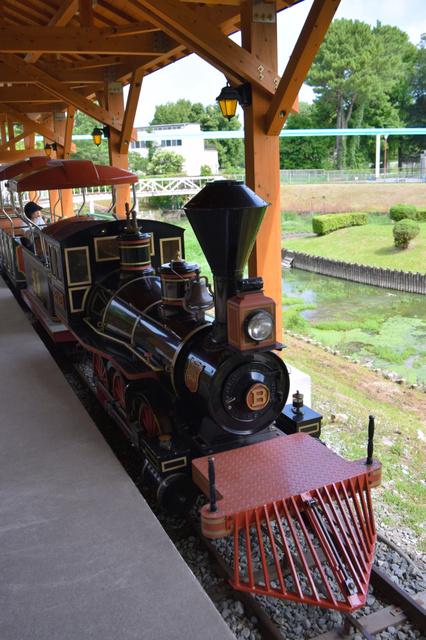 運行を再開した「弁慶号」と新しい駅舎=熊本市動植物園