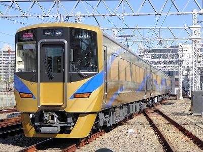 金色の泉北ライナー(泉北高速鉄道提供)