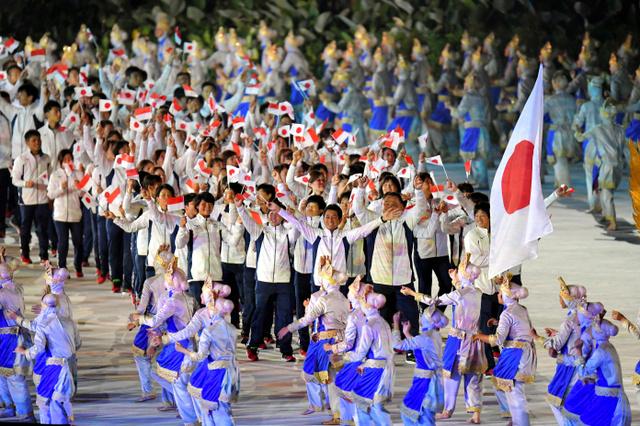入場行進する日本の選手たち=加藤諒撮影