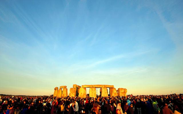 英南西部ソールズベリーの環状巨石群「ストーンヘンジ」で6月、夏至を祝う人々=ロイター