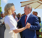 プーチン大統領、欧州に接近 オーストリア外相とダンス