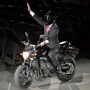 ジョコ大統領バイクで来た、観客熱狂 アジア大会開会式