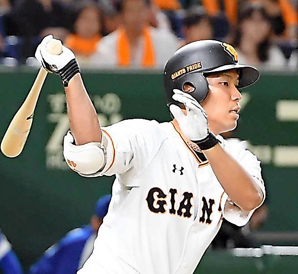 九回裏巨人1死一、三塁、大城は適時二塁打を放つ