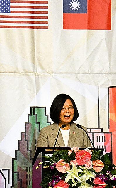 在米台湾人らを前に演説する蔡英文総統=18日、ヒューストン、鵜飼啓撮影