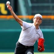 桑田さんの速球、驚きの歓声 因縁の金足農元監督と握手