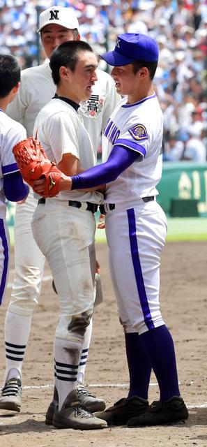 試合終了後、健闘をたたえ合う日大三の日置(左)と金足農の吉田=水野義則撮影