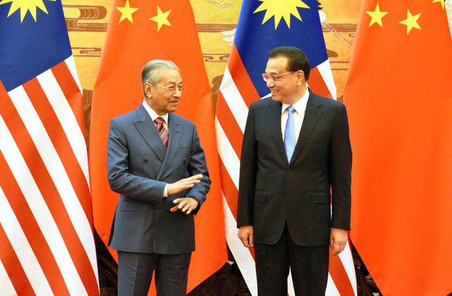 署名式を前に談笑するマレーシアのマハティール首相(左)と中国の李克強首相=2018年8月20日、北京、延与光貞撮影