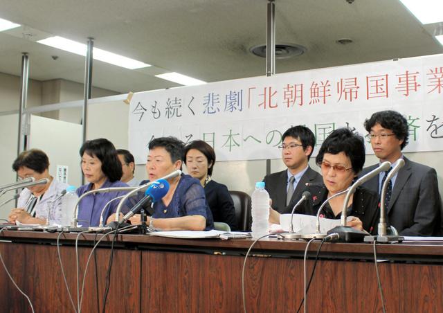 提訴後、記者会見する川崎栄子さん(前列右から2人目)ら脱北者=東京・霞が関、北野隆一撮影