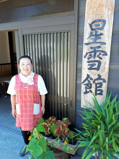 笑顔で迎える門脇富士美さん=秋田県仙北市の「星雪館」