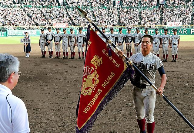 新調した3代目の優勝旗を受け取る大阪桐蔭の中川主将=水野義則撮影
