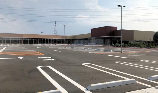 問題の土地には建物と駐車場もできているが、店は開業していない=2018年8月10日、熊谷市
