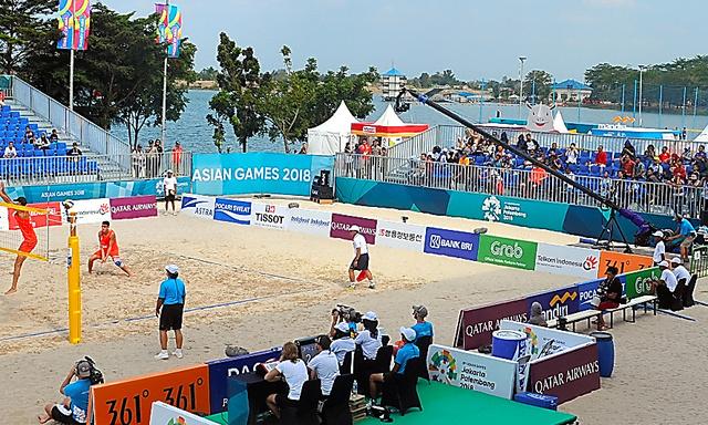 ジャカバリン・スポーツ・シティー内のビーチバレー会場。後ろに見える人工池がボート会場になっている