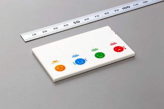 村田製作所などが共同で開発した申告型空調システムのカード端末。右から「暑い」「快適」「寒い」のボタンで、オフィスにいる社員が操作する。左端は照明を調節できるボタ(村田製作所提供)