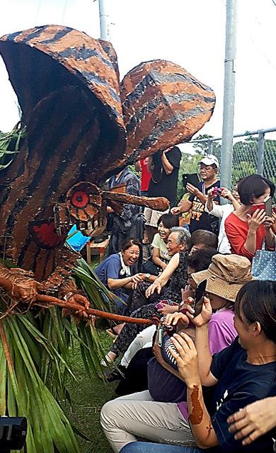 異形の神ボゼに叫び声をあげ、逃げまどう人々=2018年8月26日、鹿児島県十島村の悪石島、中村俊介撮影