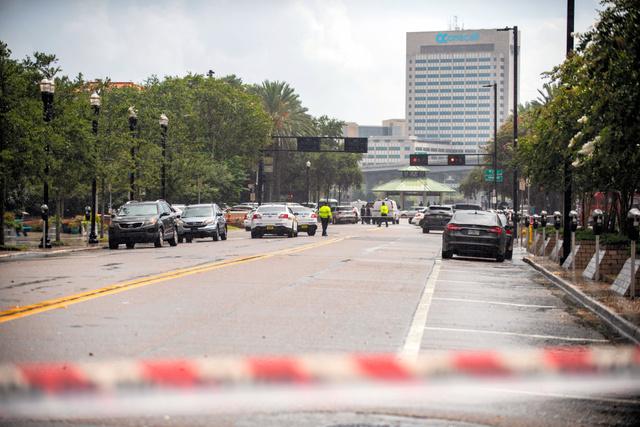 米フロリダ州ジャクソンビルで26日、ビデオゲーム大会の会場で銃乱射事件があり、現場周辺の道路は警察によって封鎖された=AP
