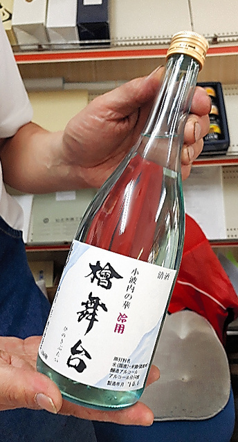 酒店では地酒が売られていた=秋田県仙北市