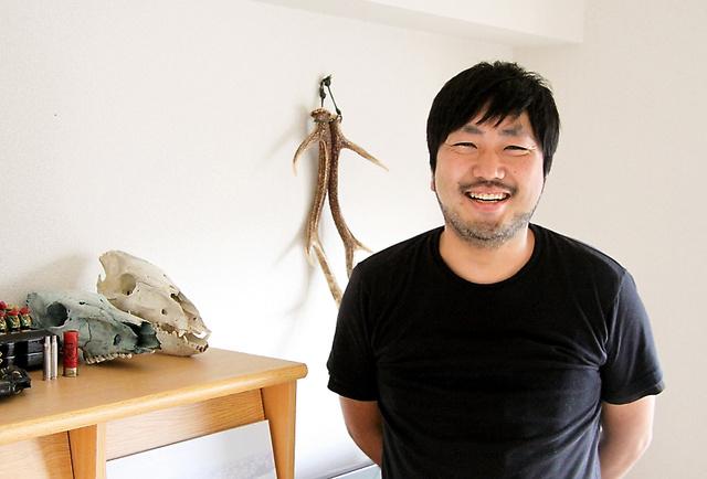 写真家の幡野広志さん。部屋には山で拾ったり仕留めたりした動物の骨がある=水野梓撮影