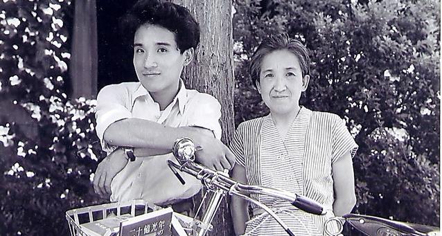 第1詩集『二十億光年の孤独』出版を記念して母・多喜子と撮影。自転車のかごに入っているのが同作=本人提供
