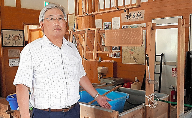 館内には「鎌足和紙」に関する様々なコーナーがある=秋田県仙北市西木町の「かたくり館」