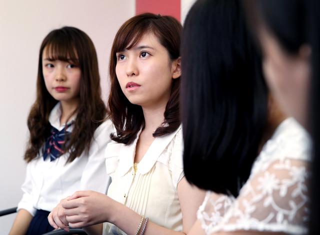 春名風花さん(左から2人目)を交え、意見交換する高校生ら=東京都渋谷区、越田省吾撮影
