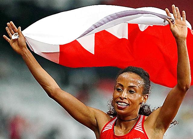 陸上女子1500メートルを制し、バーレーン国旗を掲げて喜ぶベフカド=8月30日、AP
