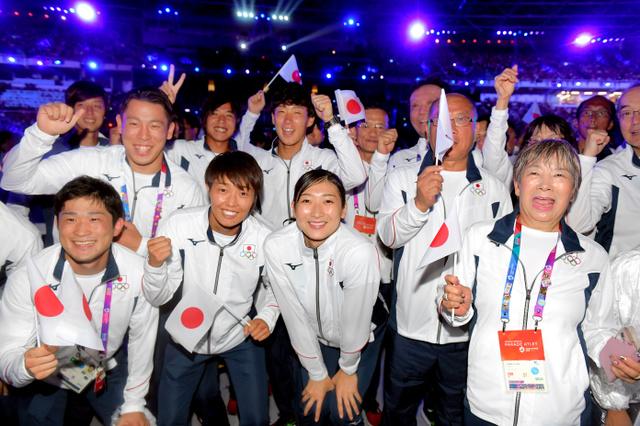 閉会式で撮影に応じる池江璃花子(前列中央)ら日本選手団=2018年9月2日、ジャカルタのブンカルノ競技場、加藤諒撮影