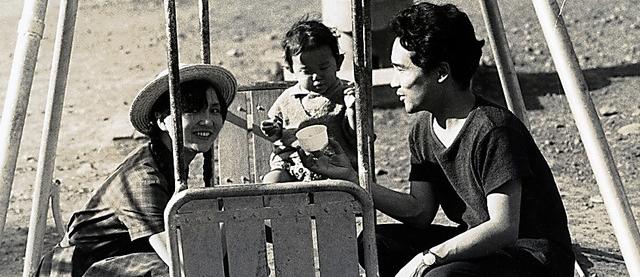 長男・賢作さん、妻・知子さんと公園で遊ぶ谷川俊太郎さん。1961年ごろ撮影=本人提供