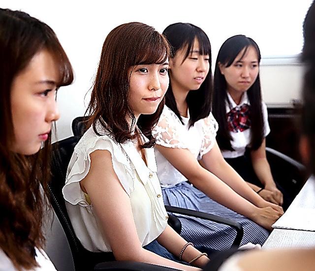 春名風花さん(左から2人目)を交え、意見交換をする高校生ら=東京都渋谷区、越田省吾撮影