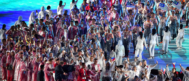 雨のなか、笑顔で閉会式に臨む各国・地域の選手たち=諫山卓弥撮影