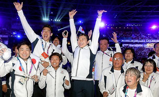 閉会式でジャンプする池江璃花子(中央)ら日本選手団=2018年9月2日、ジャカルタのブンカルノ競技場