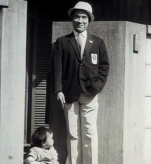 長女・志野さんと。東京五輪が開かれた1964年ごろ=本人提供