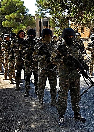 3日、シリアのイドリブ県でアサド政権軍の攻撃に備える反体制派の戦闘員=AFP時事