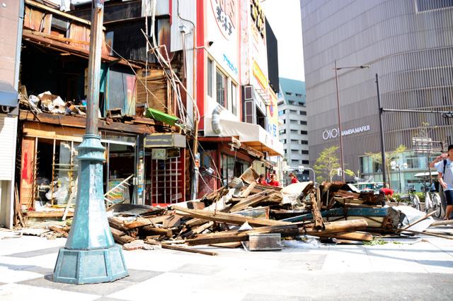 台風の影響で倒壊した建物=2018年9月5日午前10時4分、大阪市中央区、国方萌乃撮影