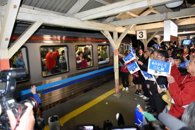 JR三江線の最終列車が出発した江津駅には普段では考えられない熱気があふれた=2018年3月31日夜、島根県江津市